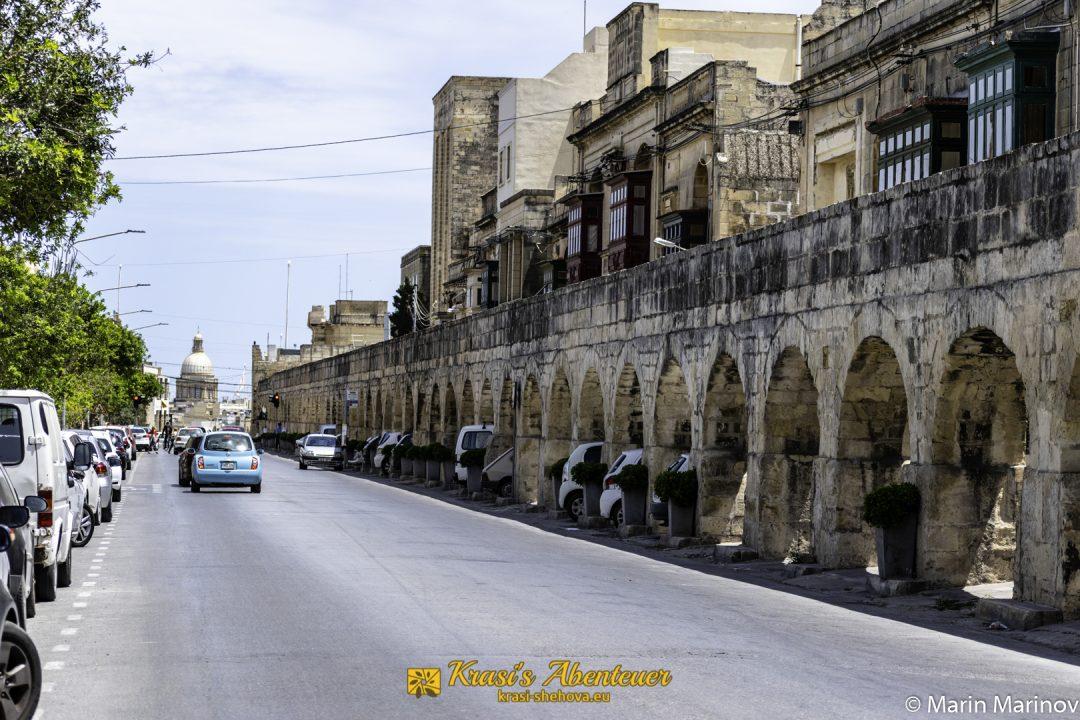 Strasse mit Aquädukt auf Malta / Улица в Малта с Акведукта