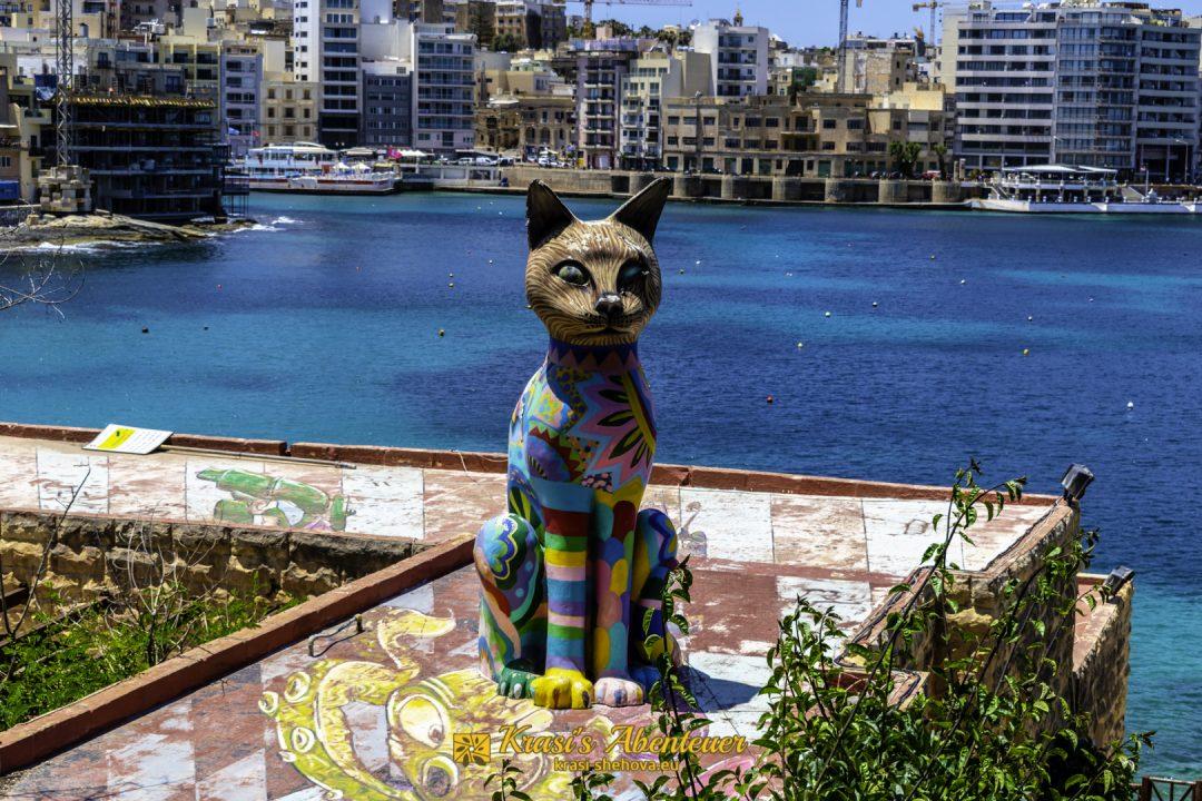 Bunte Katzenstatue im Unabhängigkeits-Garten, Sliema / Цветна статуя на котка в градината на Независимостта, Слима