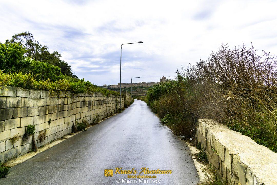 eine Seitenstrasse, die zu Mdina führt / странична уличка, водеща до Мдина