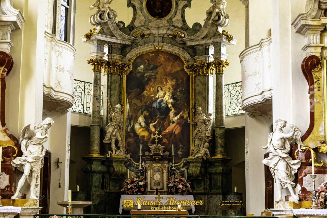 Олтарът в църквата